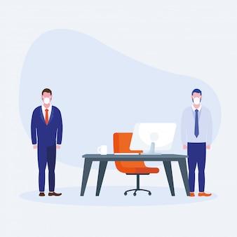 Bureau à distance entre hommes avec masques et bureau