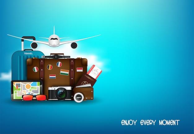 Bureau du voyageur avec valise, appareil photo, billet d'avion, passeport, boussole et jumelles, concept de voyage et de vacances