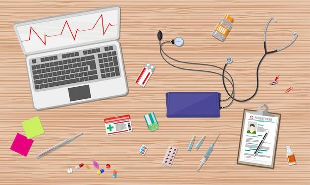 Bureau avec ordinateur portable, appareils médicaux et soins de santé