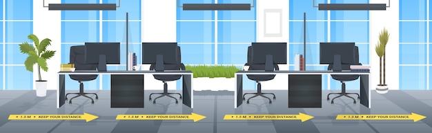 Bureau de travail avec des signes de distance sociale autocollants jaunes mesures de protection contre l'épidémie de coronavirus bureau horizontal intérieur