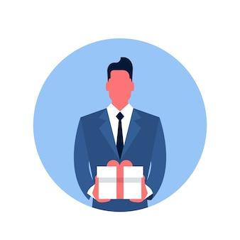 Business man tenir l'icône de la boîte présente