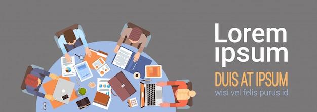 Business people workplace desk mains travaillant ordinateur portable et tablette ordinateur vue en angle bureau teamwo