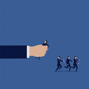 Business team run main écraser patron en colère homme d'affaires