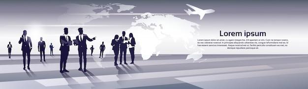 Business team silhouette groupe de gens d'affaires ressources humaines sur le concept de vol carte monde