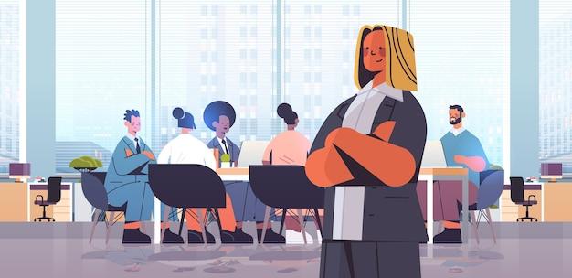Businesswoman leader debout devant mix race businesspeople collègues discuter lors de la conférence réunion illustration intérieur de bureau moderne