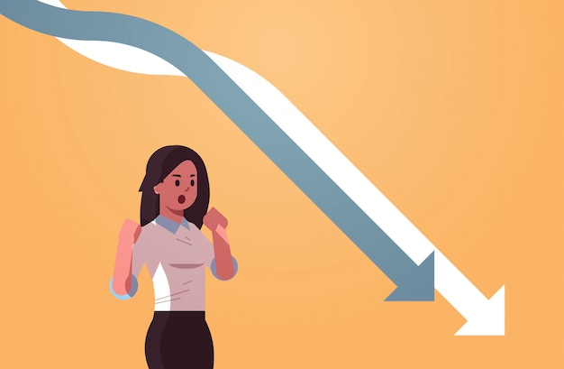 Businesswpman stressant regardant tomber les flèches économiques graphique graphique crise financière faillite investissement échec concept de risque portrait horizontal
