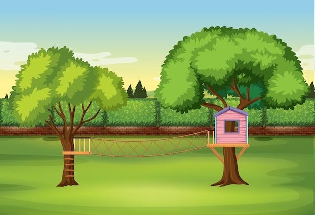 Cabane dans les arbres dans le parc naturel