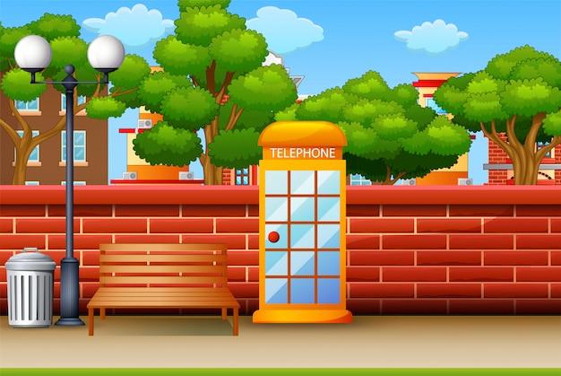 Cabine téléphonique dans le fond du parc de la ville