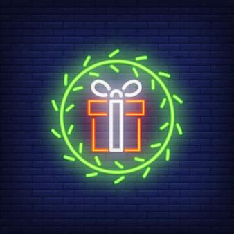 Cadeaux au néon dans la guirlande de fourrure. élément de publicité lumineuse de nuit.