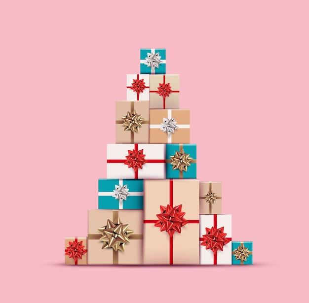 Cadeaux de noël ou présentez des boîtes colorées disposées dans un arbre de noël