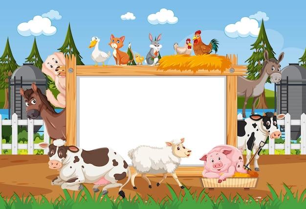 Cadre en bois vide avec divers animaux sauvages de la ferme