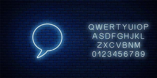 Cadre de bulle de discours vide néon lumineux avec alphabet. cercle bulle de dialogue vide dans un style néon sur fond de mur de briques sombres. illustration vectorielle.