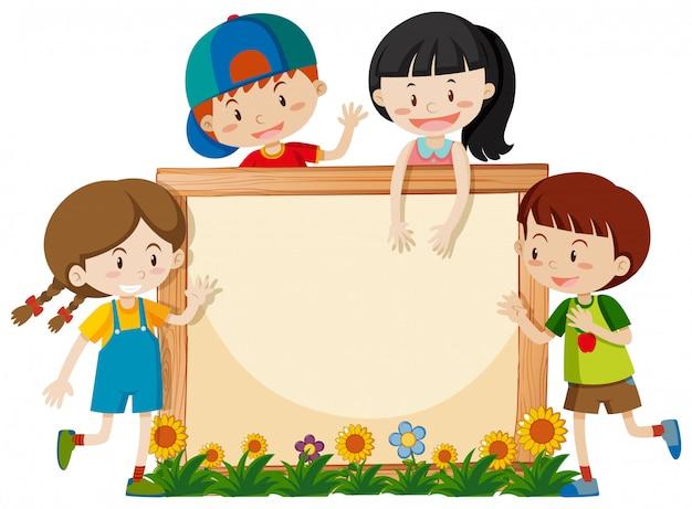 Cadre avec des enfants heureux dans le jardin