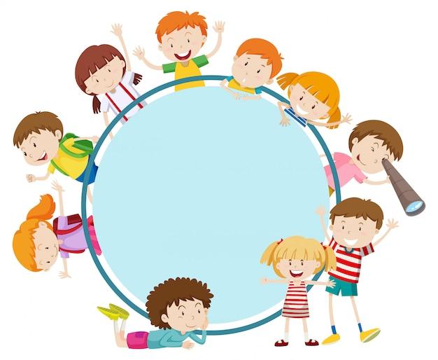 Cadre avec des enfants heureux