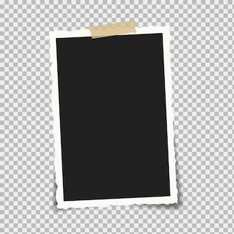 Cadre photo rétro sur fond blanc. attaché avec du ruban adhésif ou du ruban.
