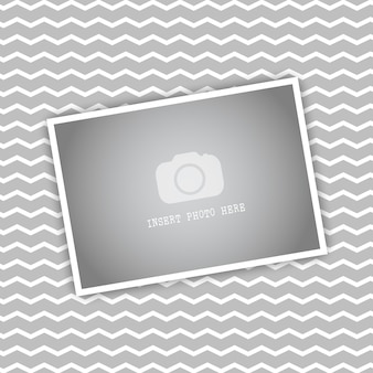 Cadre photo vide sur un chevron fond rayé