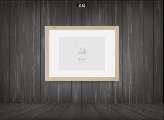 Cadre photo vide ou fond de cadre photo dans le fond de l'espace de la pièce en bois