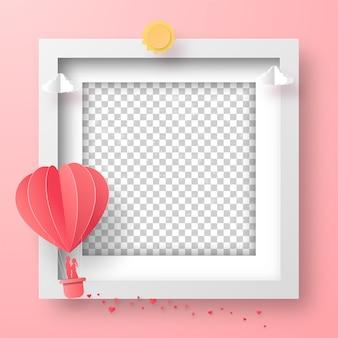 Cadre photo vierge avec ballon en forme de coeur sur le ciel, happy valentine's day