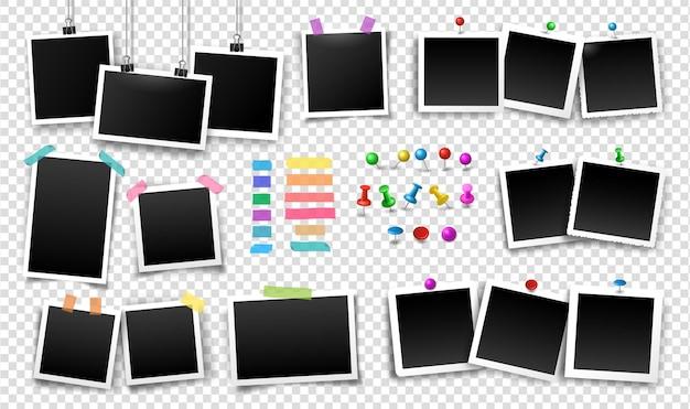 Cadres photo fixés avec du ruban adhésif, des punaises, des punaises, des pinces à reliure de différentes couleurs