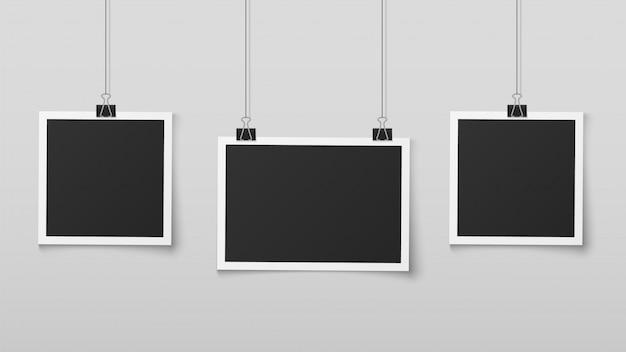 Cadres photo suspendus. le cadre de photos vierges se bloque sur des cordes avec des clips, une mémoire murale, un album de souvenirs d'image rétro. conception de vecteur réaliste