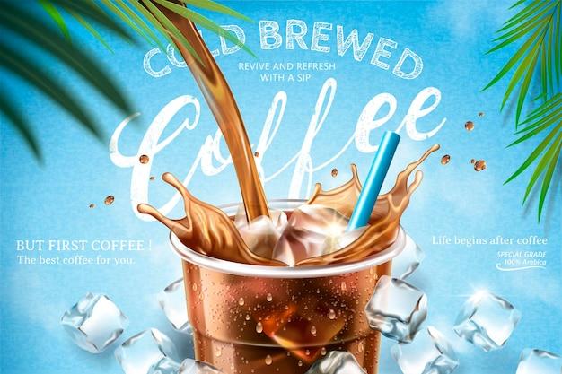Café infusé à froid coulant du haut dans une tasse à emporter avec des glaçons