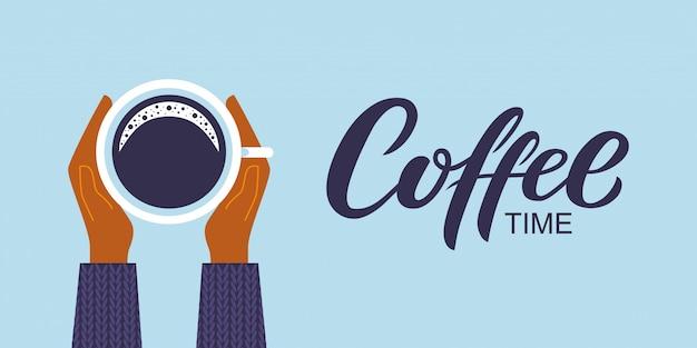 Café temps dessinés à la main lettrage. mains féminines tenant une tasse de café