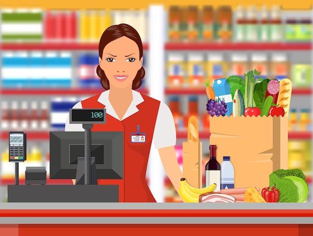 Caissier d'épicerie au travail.