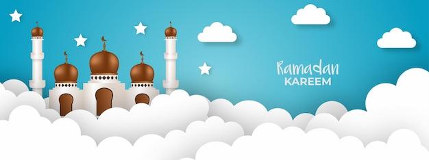Calligraphie du ramadan kareem, belle mosquée et nuages, illustration