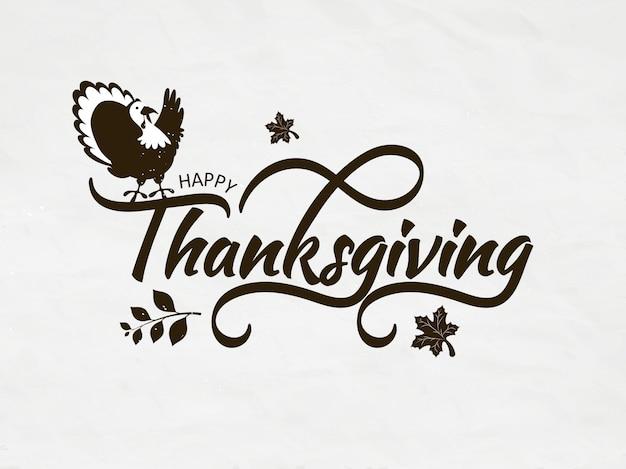 Calligraphie de happy thanksgiving avec des oiseaux de dinde et de l'automne laisse sur la carte de voeux blanche