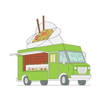 Camion alimentaire asiatique avec wok de nouilles avec signe de baguettes sur le toit et personne à l'intérieur