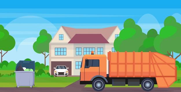 Camion poubelle orange véhicule sanitaire urbain chargement bacs de recyclage concept de recyclage des déchets chalet moderne maison campagne fond plat horizontal