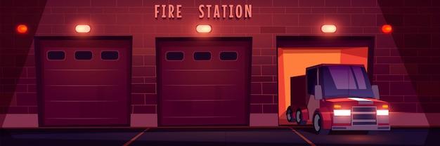 Camion de sauvetage d'urgence rouge conduit de la caserne de pompiers la nuit.