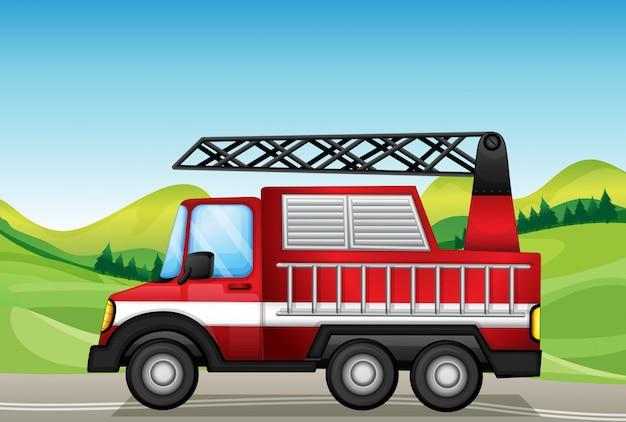 Le camion utilitaire sur la route près des collines