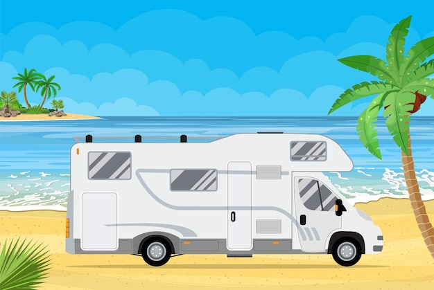 Camion de voyageur familial sur une plage avec des palmiers.