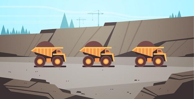 Camions bennes jaunes lourds équipement professionnel travaillant sur une mine de charbon