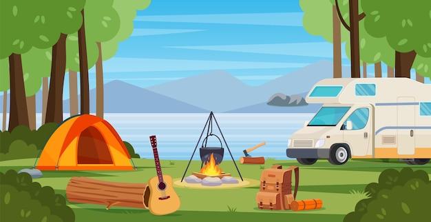 Camp d'été en forêt avec feu de joie, tente, fourgon, sac à dos et lanterne.