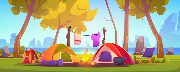 Camp d'été avec tente, feu de camp et lac