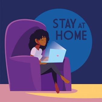 Campagne de sensibilisation aux réseaux sociaux et prévention des coronavirus: rester en contact avec une femme avec son ordinateur portable