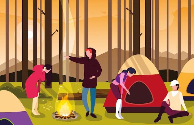 Les campeurs dans la zone de camping avec la scène du coucher du soleil de tente et de feu de camp