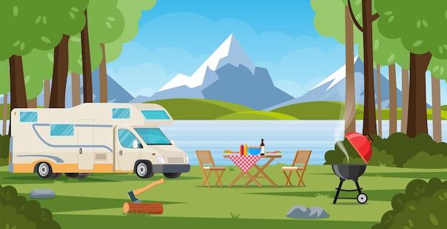 Camping-car avec chaise longue table pliante barbecue. camping d'été.