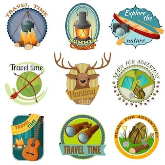 Camping emblèmes colorés avec tente jumelles guitare lanterne bateau feu de joie sac à dos hache pelle caméra isolé illustration vectorielle