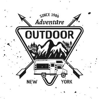 Camping, loisirs et aventure vecteur emblème monochrome, étiquette, badge, autocollant ou logo isolé sur fond texturé