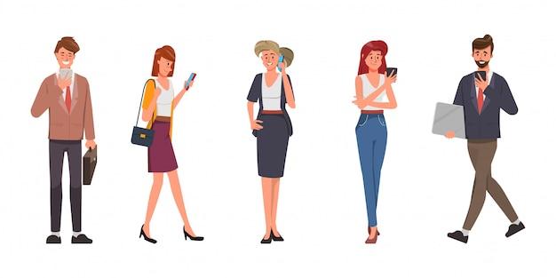 Caractère de bureau de travail d'équipe de gens d'affaires. communication sur les réseaux sociaux avec gadget.