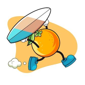 Caractère de fruits orange en cours d'exécution avec planche de surf