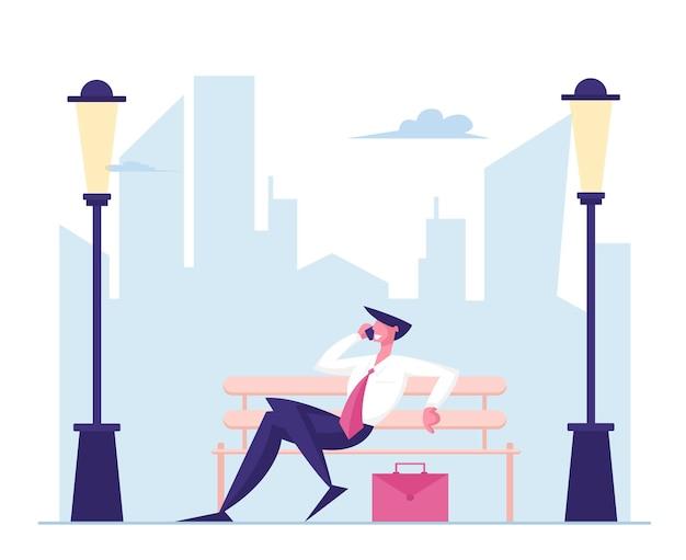 Caractère d'homme d'affaires en tenue de soirée assis sur un banc parlant par téléphone mobile sur paysage urbain