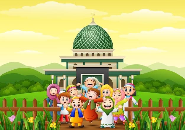 Caricature de joyeux enfants célébrer pour eid mubarak dans le parc avec mosquée