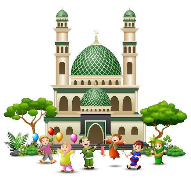 Caricature de joyeux enfants islamiques jouant devant une mosquée