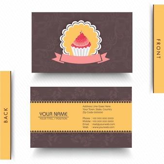Carte d'affaires avec petit gâteau et décoratifs fleurs