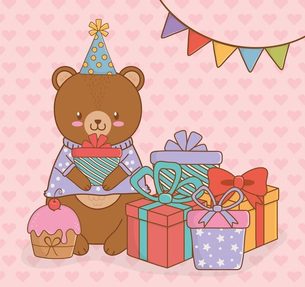 Carte d'anniversaire avec un ourson mignon woodland