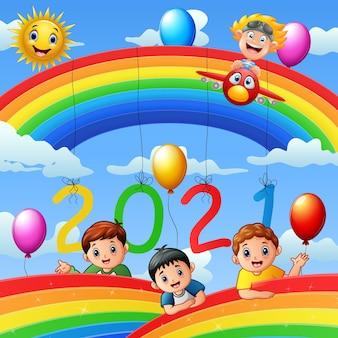 Carte de conception de nouvel an avec des enfants sur fond de ciel bleu